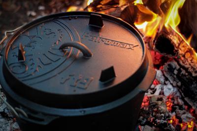 Alfresco Brands Petromax ft9 Feuertopf im Feuer Dutch Oven in the fire